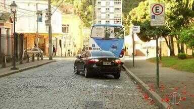 Falta de sinalização em avenidas e ruas de Petrópolis, RJ, causa reclamações - Assista a seguir.