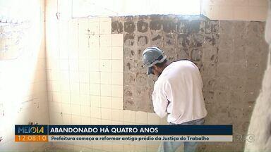 Prefeitura começa a reformar antigo prédio da Justiça do Trabalho em Ponta Grossa - O imóvel estava abandonado há quatros anos e foi depredado.