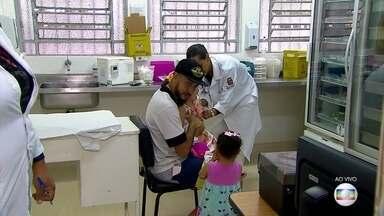 Quatro milhões de crianças ainda não receberam vacinas contra sarampo e paralisia infantil - Mais de quatro milhões de crianças no país ainda não tomaram as vacinas contra sarampo e paralisia infantil. Campanha de vacinação contra sarampo e paralisia infantil termina dia 31 de agostoEm São Paulo, o sábado (25) foi mais um dia de mobilização.