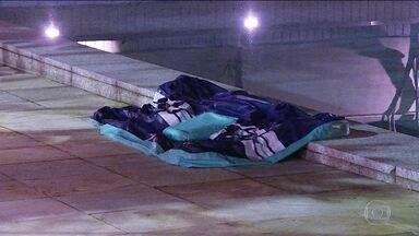 Quatro pessoas ficaram feridas durante churrasco organizado por um deputado em BH - A família do deputado estadual de Minas Gerais, Alencar da Silveira Júnior, do PDT, se reunia na área de lazer do prédio, quando começaram os disparos. Segundo a polícia, as balas eram de chumbinho.