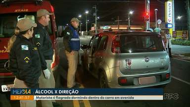 Motorista é flagrado dormindo dentro do carro em avenida - A suspeita é de que ele estava embriagado, segundo a polícia.