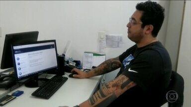 Brasileiros têm dificuldade em conseguir benefícios do INSS - A espera pode levar meses. É obrigatório agendar tudo ou pelo telefone ou pela internet.