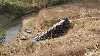 Acidente com ônibus deixa quatro mortos em Cruzeiro da Fortaleza (MG) - Motorista não conseguiu engatar marcha e caiu de uma ribanceira. 44 ficaram feridos.