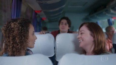Alex viaja com Maria Alice e apoia a namorada - Maria Alice não se empolga muito com a presença do rapaz no ônibus e Alex pergunta se ele está incomodando