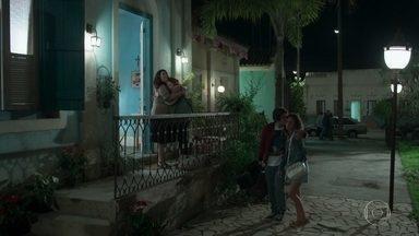 Rosália, Maria Alice e Alex chegam à casa de Penha - Penha agradece o apoio da irmã e da sobrinha e recebe Alex com carinho