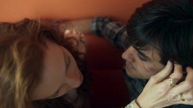 Miss Celine e Elmo se beijam - Miss Celine confessa que nunca havia beijado alguém