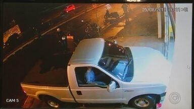 Polícia pede prisão do motorista que atropelou comerciante após discussão em Buritama - A Polícia Civil pediu a prisão temporária por 30 dias do cliente de um depósito de bebidas que invadiu o local com uma caminhonete e atropelou a comerciante em Buritama (SP). O caso foi na madrugada de sábado (25).