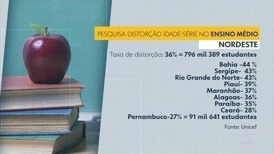 Pernambuco é o estado do Nordeste com menos alunos atrasados no ensino médio, diz UNICEF - A média do Nordeste é de 36%, entquanto Pernambuco tem 27% dos estudantes com dois anos ou mais atrasados.