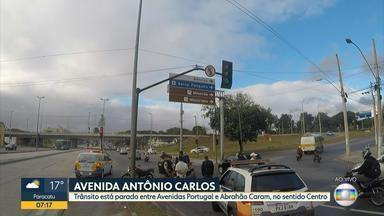 Acidente entre duas motocicletas deixa trânsito ruim na Avenida Antônio Carlos, em BH - Batida entre os dois veículos foi na esquina da Avenida Abrahão Caram.