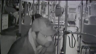 Ladrão de ônibus é reconhecido pela mãe em imagens de câmera de segurança - Homem ainda é procurado. Policiais levaram as imagens para o endereço do criminoso, que não estava em casa, e conversaram com a mãe dele.