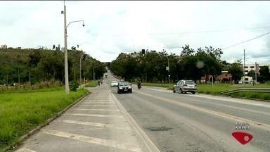 Moto não consegue frear e bate em traseira de caminhão em Colatina, ES - O acidente aconteceu no trevo da BR 259, que dá acesso ao bairro Honório Fraga.