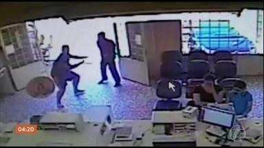 PM de folga morre ao tentar impedir assalto em agência dos Correios em Capela do Alto (SP) - As câmeras de segurança registraram os bandidos entrando na agência. O policial chegou logo depois. Ele reagiu e tentou imobilizar o ladrão, que atirou várias vezes.