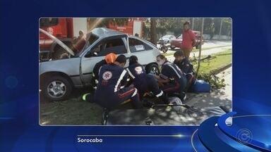 Motorista fica gravemente ferido após perder controle de carro e bater em árvore - Um homem ficou gravemente ferido após perder o controle e colidir o carro que dirigia em uma árvore, na manhã deste sábado (1º) em Sorocaba (SP). O rapaz ainda não foi identificado.