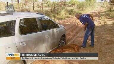 Situação de estrada do Vale da Felicidade em São Carlos, SP, deixa moradores isolados - Quando chove, carros têm dificuldades em passar elas ruas de terra e chegam a atolar.