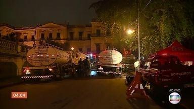 Incêndio destrói Museu Nacional, no Rio de Janeiro - O incêndio começou neste domingo (2). O combate às chamas maiores já acabaram, mas ainda há o trabalho de rescaldo para evitar que as chamas voltem a se espalhar.