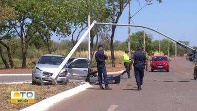 Homem perde controle de carro e derruba semáforo na avenida Teotônio Segurado - Homem perde controle de carro e derruba semáforo na avenida Teotônio Segurado