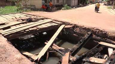 Moradores colocam fogo em ponte de madeira que ligava dois bairros em Codó - A situação precária da ponte já tinha sido motivo de muita reclamação feita ao poder público.