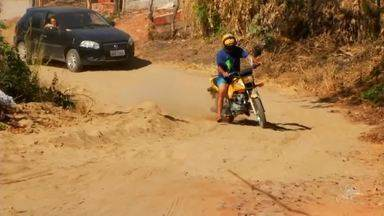 Crianças não vão à escola por conta de estrada deteriorada, em comunidade do Crato - Saiba mais em g1.com.br/ce