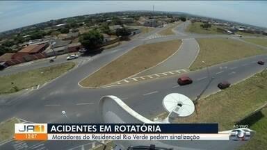 Moradores cobram sinalização em rotatória no Residencial Rio Verde - Com isso, condutores não sabem qual caminho seguir e acabam se envolvendo em acidentes.