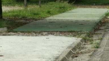 """Moradores reclamam da falta de manutenção da praça no bairro Sideral, em Belém - Eles fizeram uma """"vaquinha"""" para conseguir capinar e fazer a calçada"""
