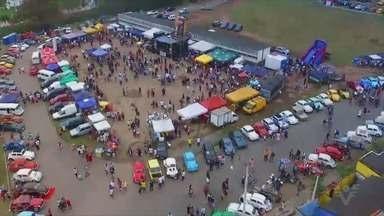 Itanhaém sedia encontro de carros antigos - Evento ocorreu no domingo (2), na Praça de Esportes Aurélio Ferrara.