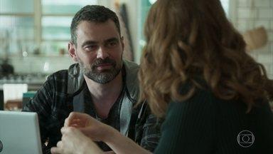 Rafael comemora com Gabriela sua recuperação - Gabriela pensa em morar com Rafael e Márcio, mas ele diz que prefere esperar mais um tempo e fala dos benefícios de ser duas casas