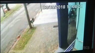 Homens quebram vitrine de joalheria e roubam jóias em Umuarama - O roubo foi na hora do almoço, nesta segunda-feira, 3. Um homem foi preso, e um adolescente, apreendido.