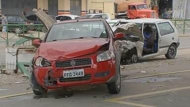 Homem bate em carro estacionado e arremessa veículo em posto de combustíveis - Um homem ficou gravemente ferido após se envolver em um acidente com dois carros e uma moto em um posto de combustíveis no bairro Brigadeiro Tobias, em Sorocaba (SP), na manhã desta segunda-feira (3).