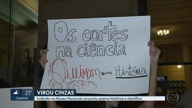 Grupo faz ato, em BH, em solidariedade e protesto contra o incêndio do Museu Nacional - Manifestantes levaram cartazes contra a destruição do acervo do museu no Rio de Janeiro.