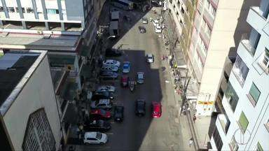 Trânsito será modificado na Rua Paulo Barbosa, polo comercial de Petrópolis, no RJ - Assista a seguir.