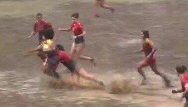 Jogo de rúgbi do Delta acontece em campo cheio de lama - Jogo de rúgbi do Delta acontece em campo cheio de lama