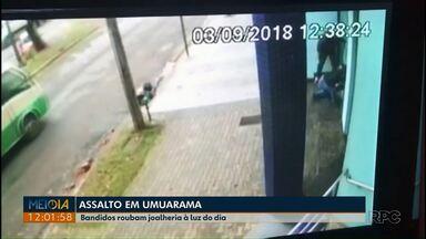 Assaltantes destroem vitrine e invadem joalheria à luz do dia em Umuarama - Um adolescente e um homem que usava tornozeleira eletrônica foram detidos pela Polícia.