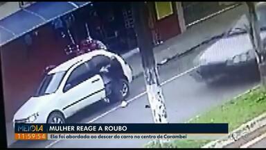 Mulher reage à ação de assaltantes ao descer de carro no Centro de Carambeí; VÍDEO - Câmeras de segurança registraram a situação.