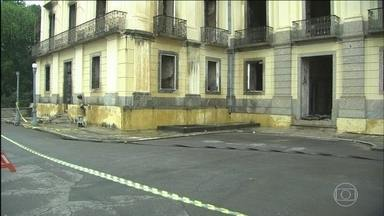 Museu Nacional ainda tem focos de incêndio e está interditado - O prédio do Museu Nacional está interditado por causa do risco de desabamento. Uma das estátuas da fachada desabou na madrugada desta terça (04). Apesar da destruição, ainda há possibilidade de peças valiosas serem encontradas.