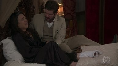 Camilo pede que Julieta pare de chorar por ele - O rapaz enche a mãe de beijos, mas acaba fugindo por se sentir culpado pelo sofrimento dela