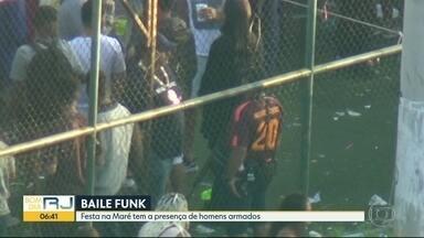 Homens armados circulam livremente em baile funk no Complexo da Maré - Flagrante de homens armados circulando livremente entre participantes de um baile funk no Complexo da Maré.