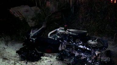 Homem é morto e casa é incendiada durante a madrugada em Foz do Iguaçu - Polícia investida se casa seria do suspeito do homicídio.