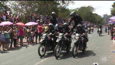 Centenas de pessoas acompanham desfile do 7 de Setembro - Centenas de pessoas acompanham desfile do 7 de Setembro