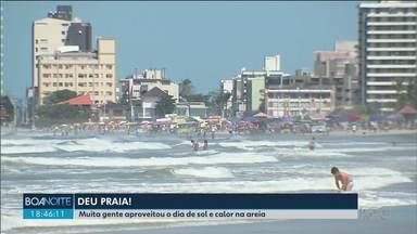 Praia fica cheia no feriado - O sol atraiu muita gente ao litoral.