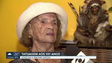 Idosa faz tatuagem para comemorar os 101 anos - Essa é a terceira tatuagem. A primeira foi a coroa de flores, quando ela completou 90 anos. O beija-flor foi desenhando oito anos depois. Novas tatuagens já estão nos planos da vovó Epifânia.