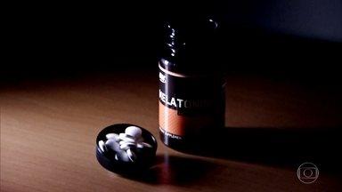 Hormônio do sono, melatonina é ajuda para quem não consegue dormir - Ela é um aliado poderoso na busca de harmonia e saúde nas 24 horas do dia. No Brasil, a liberação para venda da substância se arrasta há anos na Anvisa.