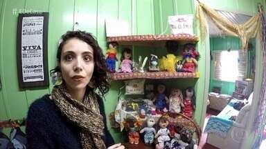 Morgana faz artenasanto com peças reaproveitadas e com história - Artesã recebeu doação de cordões fabricados por uma senhora de 90 anos que é cega. A lã trabalhada por dona Érika é utilizada nos cabelos de bonecas