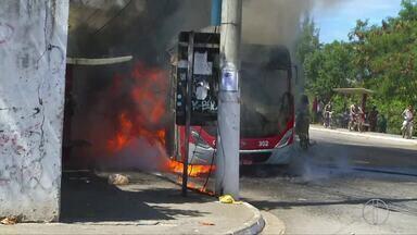 Ônibus é incendiado e comércio é fechado em bairros de Cabo Frio, RJ, após troca de tiro - Assista a seguir.