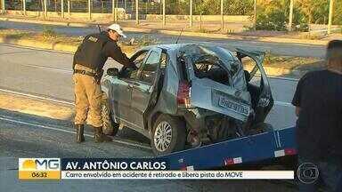 Carro capota na pista exclusiva do Move, na Avenida Antônio Carlos, em BH - Um homem e uma mulher ficaram feridos.