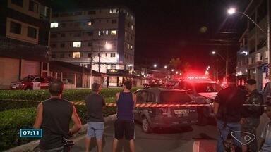 Homem é salvo após 11 horas de negociação no 3º andar de prédio no ES - Secretaria Estadual de Segurança disse que o homem, aparentemente, teve um surto.