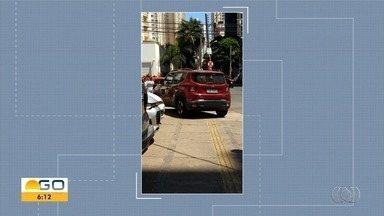Motoristas são flagrados bloqueando calçadas e pontos de ônibus em Goiânia - Flagrantes foram enviados pelo aplicativo Quero Ver na TV (QVT), WhatsApp e email.