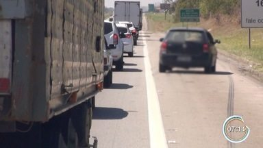 Motoristas são flagrados no acostamento da Dutra - Mais de 200 foram multados só na sexta-feira.