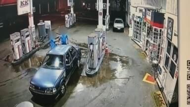 Câmera de segurança flagra roubo em posto de combustíveis de São Manuel - A polícia ainda procura por um bandido que roubou um posto de combustível no centro de São Manuel. A ação durou cerca de trinta segundos e tudo foi gravado pelas câmeras de segurança do local.