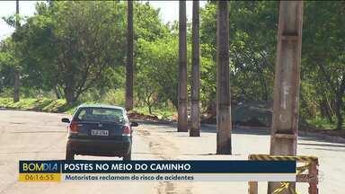 Moradores reclamam de postes no meio da rua - A expectativa é que os postes sejam retirados em 15 dias.
