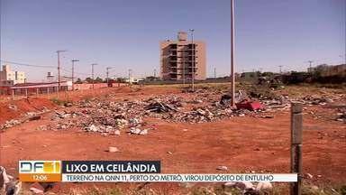 Lixo acumulado em terreno incomoda moradores de Ceilândia - O terreno fica na QNN 11, perto de uma estação de metrô. Segundo os vizinhos, carroceiros jogam todo tipo de lixo no local. A cerca que deveria evitar o descarte irregular, está quebrada.